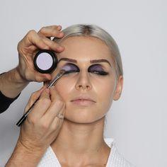 """Step 8: Lidschatten, hell  Mit einem mittleren, abgeschrägten Augenschattierpinsel (Nr. 36) die blass-blaue Lidschattenfarbe """"Krokus"""" auf dem beweglichen Lid am äußeren Augenwinkel auftragen und weich verblenden."""