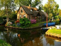 Canal Cottage, The Netherlands how freaking cute? It would b nice if my relatives owned this in Holland! Cozy Cottage, Cottage Homes, Cottage Style, Lakeside Cottage, Cottage Gardens, Waterfront Cottage, French Cottage, Beautiful World, Beautiful Homes