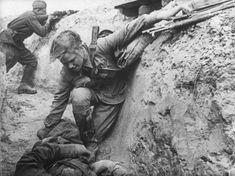 Советская санитарка оказывает помощь раненому красноармейцу под вражеским огнем