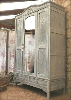 Charme authentique d'antan pour cette ancienne et grande Garde-Robe patine