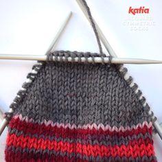 Stricke ein perfektes Paar Socken mit Katia Jacquard Symmetric Socks – Knitting patterns, knitting designs, knitting for beginners. Knitting Projects, Crochet Projects, Knitting Patterns, Crochet Patterns, Crochet Stitches, Crochet Hooks, Crochet Baby, Learn How To Knit, Learn To Crochet