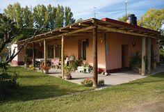 Fachada de casa simples do interior com varanda aberta para casa externa