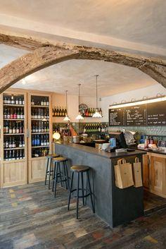"""La Cave Du Septime: À l'origine, les """"patrons"""" du Septime - le néo-bistrot cool de la rue de Charonne dans le 11e arrondissement de Paris - cherchaient simplement un endroit où ils pourraient entreproser leurs bouteilles. Finalement, ils décideront d'ouvrir un bar à vins à deux pas de leur restaurant : la Cave de Septime. Et un verre de chinon Les Bruyères de chez Luc Sébille plus tard, on est convaincus que Bertrand Grébaut et Théo Pourriat ont fait le bon choix."""