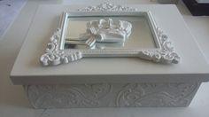 Caixa em Mdf com textura em massa na lateral e apliques em resina com espelho provençal