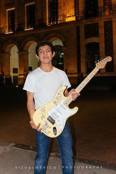 El feliz ganador César De Luna compartiendo con nosotros la guitarra autografiada por los miembros de #Moderatto  #FCHToluca2015 www.vizualmexico.com.mx