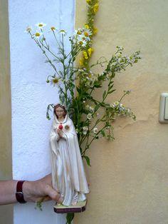 Eine Marienstatue wird immer mitgetragen Statue, Rosary Beads, Sculptures, Sculpture