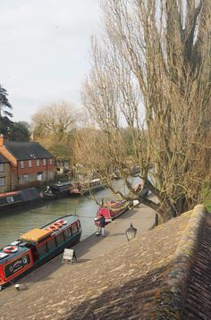England Travel Inspiration - A Canal Boat Ride in Northamptonshire, one of the cutest villages in England called Stoke Bruerne. Looking for Day Trip Ideas, then this cute little village is the perfect place for a family day out - just take a picnic and enjoy the fresh air!