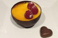 Begynn med å lage sjokoladeskålene. De kan gjerne lages et par dager i forveien og oppbevares i k...