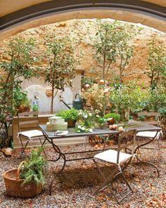 terrasse essbereich toskana flair schmiedeeisen möbel brunnen bäume
