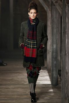Chanel Metiers d'Art Осень-зима  I 2013-2014 Someone mentioned plaid was back in vogue.
