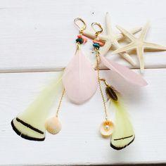 パステルカラーのフェザーを2色使ったフェザーピアスです♡片耳だけで付けても可愛いです◟̆◞̆ピンクサンゴやターコイズ、シェルなども付いています♩アクセントにな...|ハンドメイド、手作り、手仕事品の通販・販売・購入ならCreema。