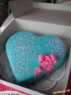 Turquoise and pink cake Valentine Desserts, Valentines Day Cakes, Heart Shaped Cakes, Heart Cakes, Fondant Cakes, Cupcake Cakes, Cupcakes, Pretty Cakes, Beautiful Cakes