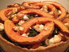 Pompoentaart gevuld met spinazie, feta en gecarameliseerde rode ui