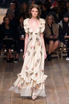 Alexander McQueen dresses at Paris Fashion Week Spring 2016 (Runway) Fashion Week, Spring Fashion, Fashion Show, Fashion Outfits, Fashion Design, Fashion 2016, Fashion Trends, Alexander Mcqueen, Couture Fashion