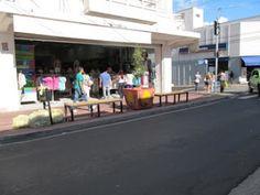 Esquina da rua Governador Pedro de Toledo - As esquinas foram reformadas para se tornarem acessíveis. As esquinas também receberam bancos para a os pedestres descansarem. Porém moradores reclamam da falta de vegetação - Piracicaba