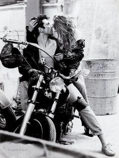 S'embrasser et moto