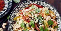 Possuwokki |foodmarketherkku.fi Pasta Salad, Cobb Salad, Chili, Good Food, Meat, Chicken, Ethnic Recipes, Fun, Red Peppers