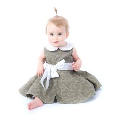 Te koop bij BabyFromParis - Unieke Babykleding: Elegante babyjurk Newborn , KLEUR: Donkergroen - Omschrijving:    Elegante babyjurk Newborn   100% katoen    - 24.95.