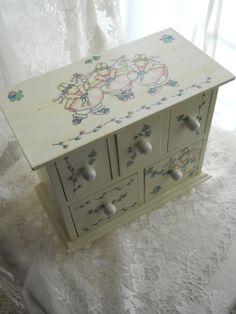 Decoupage jewelry box by Kate Stern. Decoupage: The Art of Cutting.