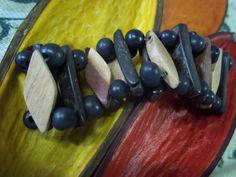 Pulseira confeccionada com sementes de açaí, balões de madeira e detalhes em coco.