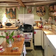 Really missed sitting in my my lovely cosy kitchen, drinking tea ☕️#cottagekitchen #cottagestyle
