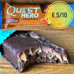 Quest Hero chocolate caramel pecan flavour.  Note: The use of allulose in good has not yet been permitted in Europe. So these are only available in the US at the moment.  Appearance:  These are about an average sized bar at 60g. Milk chocolate coating on a crumby biscuit like centre and a sticky caramel layer.  Also note: this particular bar was smuggled in my suitcase on a 7 hour transatlantic flight groped by a customs agent and sat on my shelf in the beltcave for 4 weeks so it does look a…