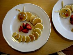 Caterpillar pancakes made by Heidi Kenney, who was inspired by these pancakes. Don't miss Heidi's adorable plush creations. Previously: Pancake art. Cute Snacks, Cute Food, Good Food, Yummy Food, Toddler Meals, Kids Meals, Toddler Food, Pancake Art, Pancake Bites