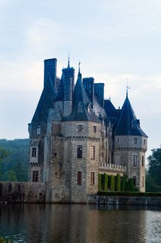 Awesome article and gallery showcasing 44 of the most beautiful and popular French chateaus, palaces and castles. These are mind-blowing residential structures that mesmerize millions of palace-goers every year. French Castles, English Castles, Beautiful Castles, Beautiful Buildings, French Mansion, French Buildings, Famous Buildings, Small Castles, France 2