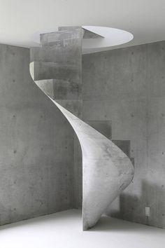 Een brute betonnen wenteltrap als eye-catcher in een huis in Akitsu Hiroshima. Ontwerp van Kazunori Fujimoto.
