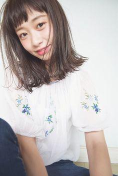外国人のような透明感が魅力のカラー、ミントアッシュ。日本人の黒髪にはなかなかきれいに入りにくいと言われるミントアッシュですが、ブリーチなしできれいに発色させることは可能なのでしょうか?今回はアッシュとブリーチの関係性と、ミントアッシュと相性のいいヘアスタイルをご紹介します!