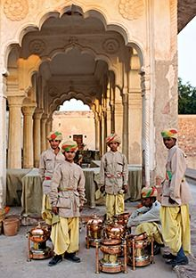 Tiffin boys in Rajasthan A Passage To India, Bay Of Bengal, Nostalgic Images, Arabian Sea, History Of India, Vintage India, Walk The Earth, Jaisalmer, India People