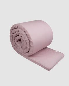 Enkel, tyk sengerand fra Müsli by Green Cotton. Sengeranden måler 30 x 360 cm og passer i de fleste standard tremmesenge. Sengeranden er enkel i designet og står selv uden snører i sengen. Betrækket kan lynes af i den ene ende og vaskes i maskinen. Kommer i fin stofpose. Betrækket er produceret i 100% økologisk …