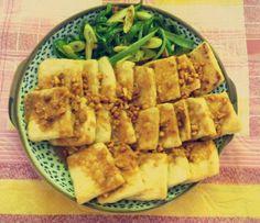 땅콩소스를 곁들인 두부요리.