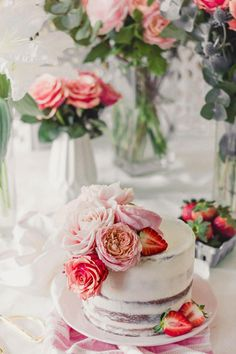 Semi naked cake aux fraises et fleurs fraiches | #nakecake Cake Photography, Light Photography, Mini Cakes, Cupcake Cakes, Cupcakes, Nake Cake, Birthday Parties, Birthday Cake, Reveal Parties