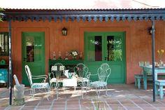 Diez formas de decorar el espacio exterior de tu casa  ¡No lo tires! Si heredaste el típico juego de jardín de la abuela, vale la pena restaurarlo para seguir disfrutándolo.  /Archivo LIVING