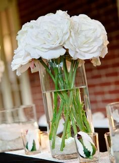 White Roses Wedding Centerpieces - http://memorablewedding.blogspot.com/2014/01/wedding-flower-centerpieces-using-white.html