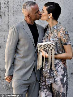 Eros Ramazzotti e Marica Pellegrinelli alla sfilata di Armani scatta il bacio: i due innamoratissimi ed eleganti fanno passerella