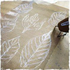 Printmaking Tools Techniques For Art, Hot Glue Gun, Mixed Media Art - Diy Crafts Gelli Printing, Screen Printing, Printing On Fabric, Fabric Painting, Fabric Art, Curtain Fabric, Glue Gun Crafts, Ideias Diy, How To Dye Fabric