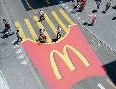 マクドナルド 横断歩道を利用した広告