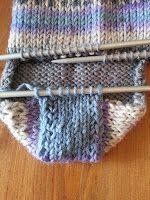 Strikk til flappen er 5 cm høy (str eller 6 cm høy (str Crochet Motif, Knitting Socks, Knitting Patterns, Fabric, Crafts, Fingers, Slippers, Shoes, Socks