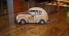 Rodas perfeitamente redondas são o ideal para o bom funcionamento de um brinquedo de madeira. Há muitas maneiras de se obter uma roda bem feita. Tornos, serras e fresadoras podem ...