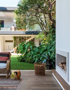 O estar, com lareira, tem ambientação assinada pela designer de interiores Sandra Gama Rodrigues.