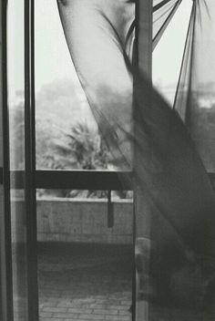 گذشته ها...تابستان هایم,پنجره ی اتاق باز بود و با هر وزش بادی صدای تکان شاخه های درخت توت به گوش می رسید.کمی که دقت میکردی صدای پرده ی توری معلق در هوا, که مدام به بیرون و داخل اتاق کشیده می شد را هم می شنیدی... آن شب را خوب به خاطر دارم.آن شب که تنها بر روی زمین دراز کشیده بودم.گریه بود و سردرد و بغض فرو خورده ی گلویم...و حجم عظیم غمی که قلبم را می فشرد... تنها درخت توت و جیرجیرک لانه کرده در آن بود که کمی مرا تسلی می داد.