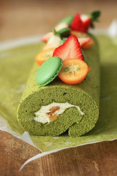matcha roll cake by Tracy.Source From matcha roll cake by Tracy. Cake Roll Recipes, Dessert Recipes, Sweet Desserts, Just Desserts, Cupcake Cakes, Cupcakes, Matcha Cake, Green Tea Recipes, Japanese Sweets