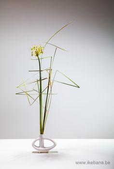 Sogetsu Ikebana focusing on straight lines.