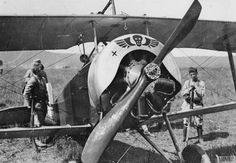 French Nieuport biplane, showing the engine, at the Les Islettes aerodrome, 19 May 1916 Triple Entente, Aeropostale, Ww1 History, War Thunder, British Soldier, Vintage Airplanes, France, World War I, First World