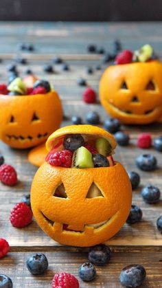 Creepy snacks for your Halloween partyThat is horror! Creepy snacks for your Halloween Fun Halloween Snacks for Kids to Devour This OctoberSnacking + can + be + + Both healthy + Halloween Donuts, Halloween Snacks For Kids, Halloween Treats For Kids, Halloween Desserts, Spooky Halloween, Halloween Crafts, Happy Halloween, Halloween Decorations, Halloween Meals