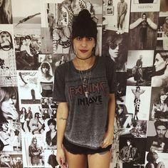 Catharina Dieterich veste look rocker com t-shirt e shorts preto. Choker é a nova trend do momento.