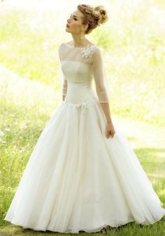 Wow! I love how elegant and simple this dress is!