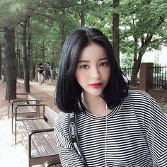 หั่นสั้นให้ได้ลุคชิค กับ ผมยาวประบ่า สไตล์ผู้หญิงเท่ผสมเปรี้ยว สวยเฉียบ ชิคกว่าใคร Medium Hair Styles, Ulzzang, Selfie, Hairstyle, Korean Beauty, Fashion, Short Hair, La Mode, Mid Length Haircuts